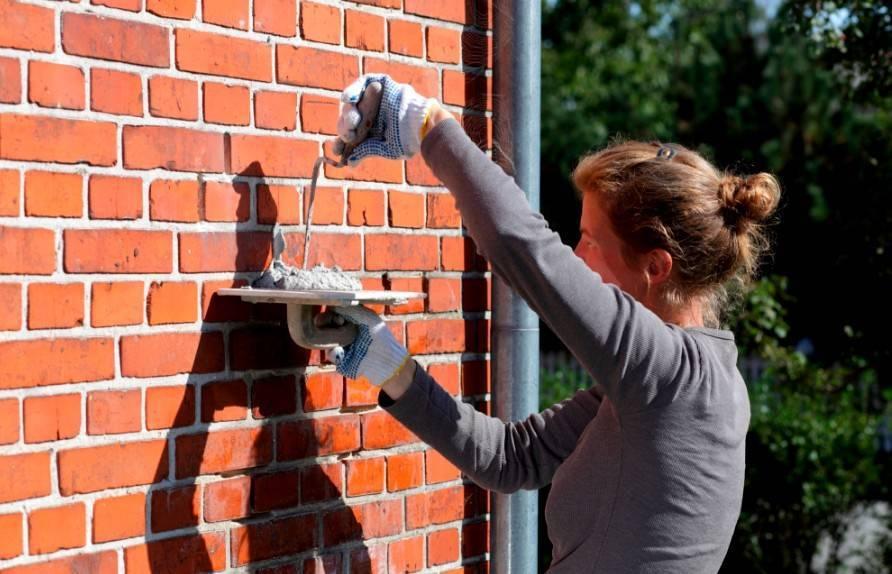 Как заделать дыру в стене из кирпича, бетона или гипсокартона