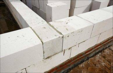Как правильно уложить блоки на фундамент?