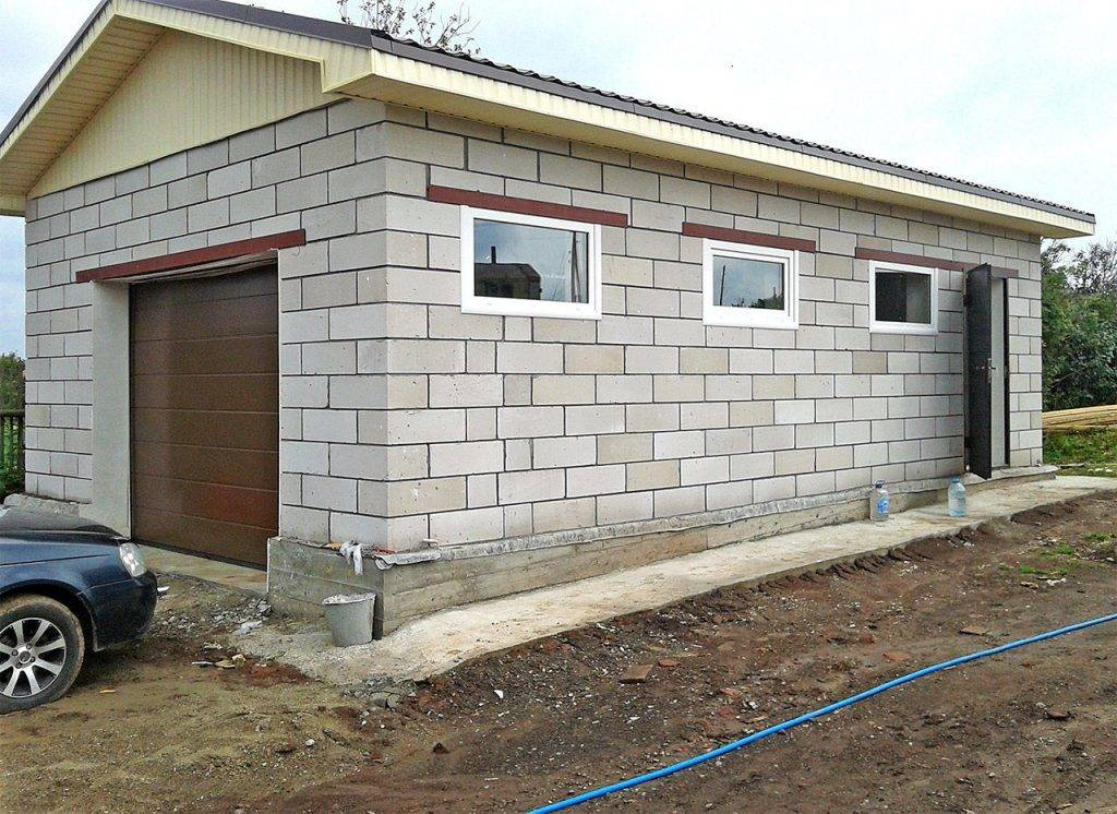 Строительство стен гаража и сарая из бетонных блоков