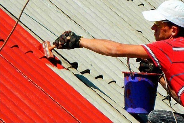 Ремонт шиферной крыши своими руками, как рассчитать количество шифера, правильно почистить кровлю, грамотно обустроить конек, смотрите на фото +видео