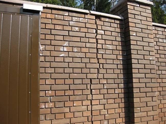 Советы и рекомендации, как грамотно заделать трещину в кирпичной стене дома снаружи и внутри