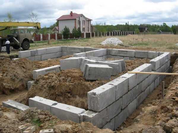 Свайно-ростверковый фундамент для дома из газобетона  виды свай и ростверков - варианты пола