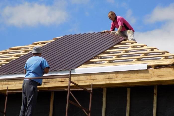 Как покрыть крышу профлистом своими руками – руководство по устройству и монтажу