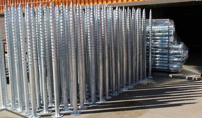 Забор на винтовых сваях — установка, преимущества