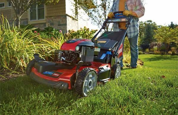 Как выбрать газонокосилку для высокой травы и неровных участков?