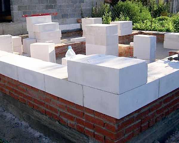 Как выполнить кладку стен на фундамент