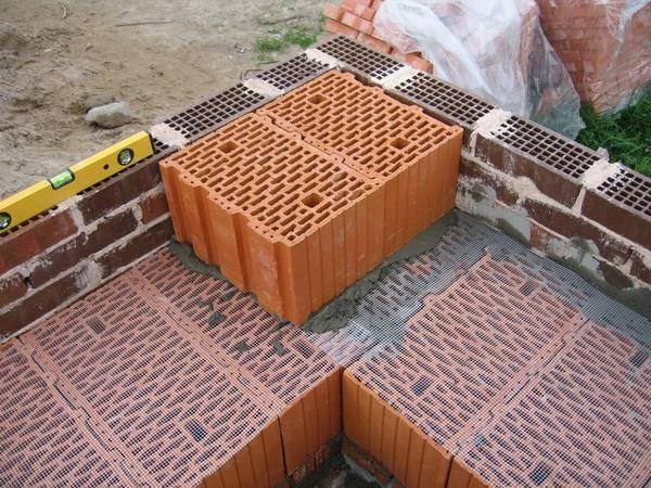 Какой клей подходит для кладки силикатных блоков и как его применять?
