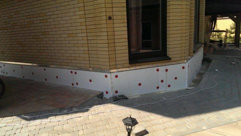 Как утеплить фундамент дома снаружи своими руками: рассматриваем по порядку