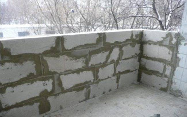 Как класть стену из пеноблоков в квартире?