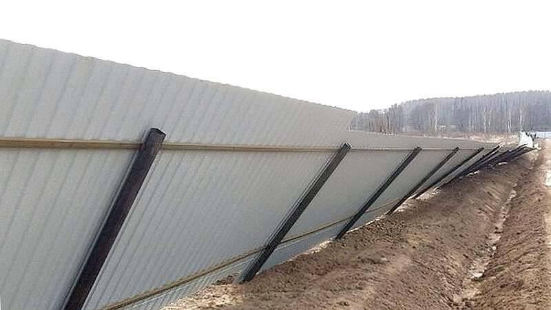 Забор из кирпича и профнастила своими руками со столбами: как сделать и построить