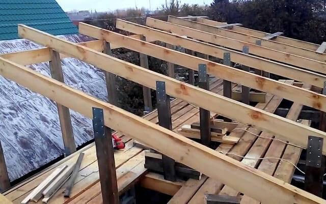 Монтаж стропил односкатной крыши