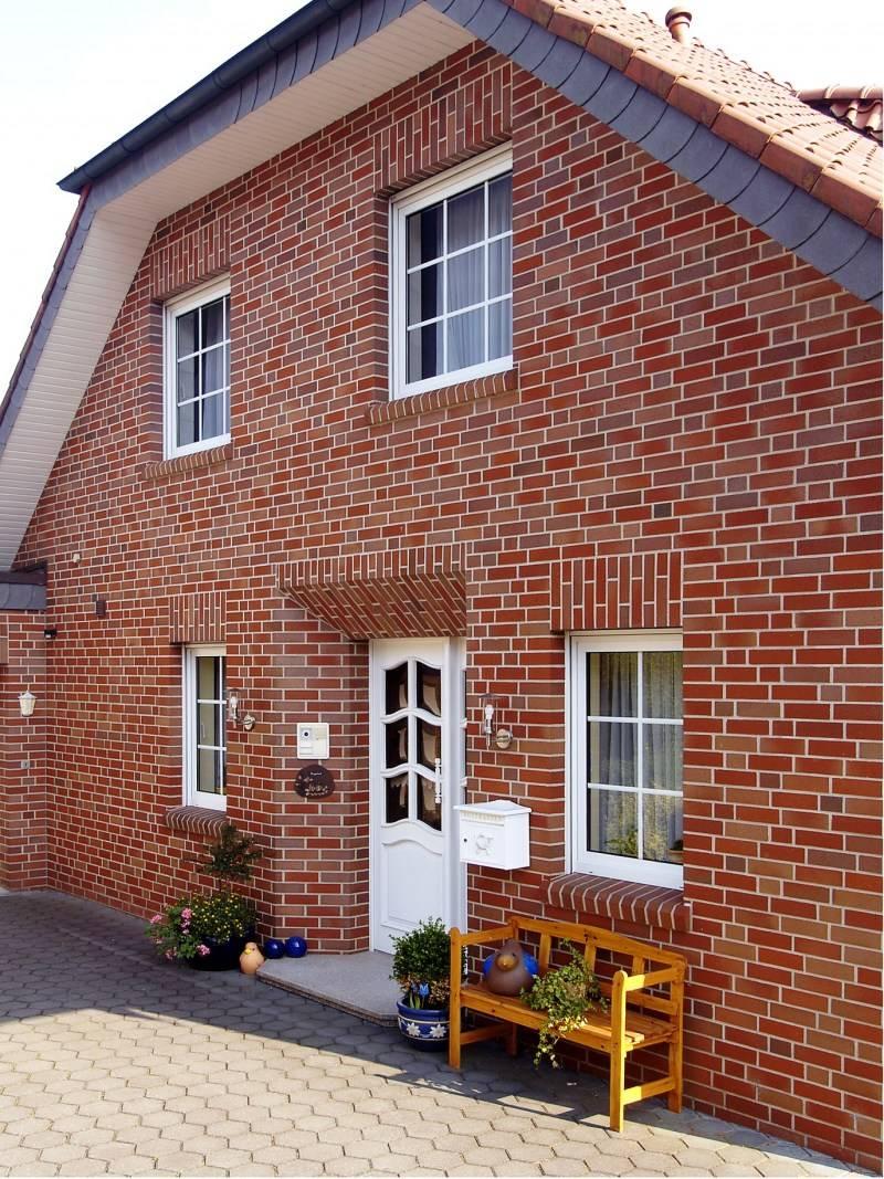 Обрамление окон на фасаде дома (23 фото): отделка сайдингом и кирпичом, молдинги из полиуретана