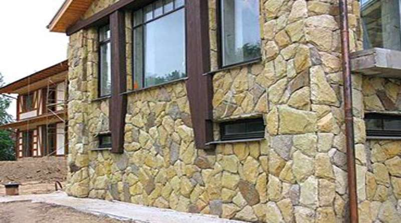 Отделка фасада камнем: варианты облицовки природным и искусственным материалом, фото
