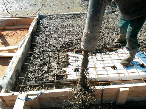 Заливка ленточного фундамента своими руками (без опыта, одному): можно ли поэтапно, частями, как правильно заливается бетон?