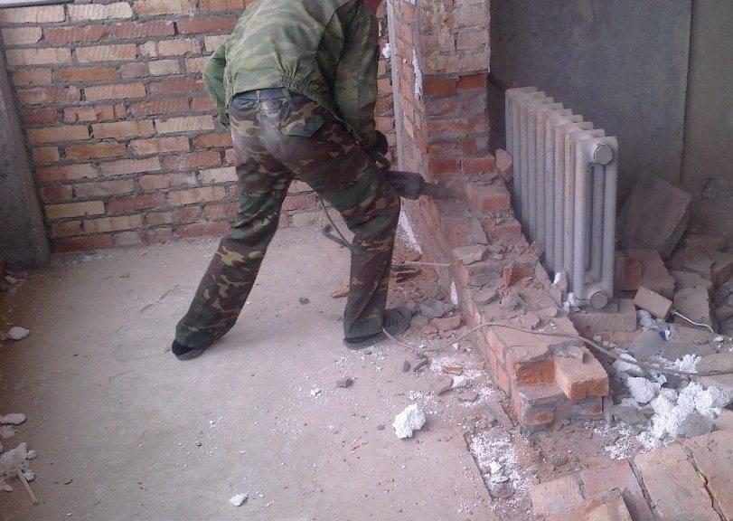 Как производится и какая цена демонтажа кирпичной стены за м2?