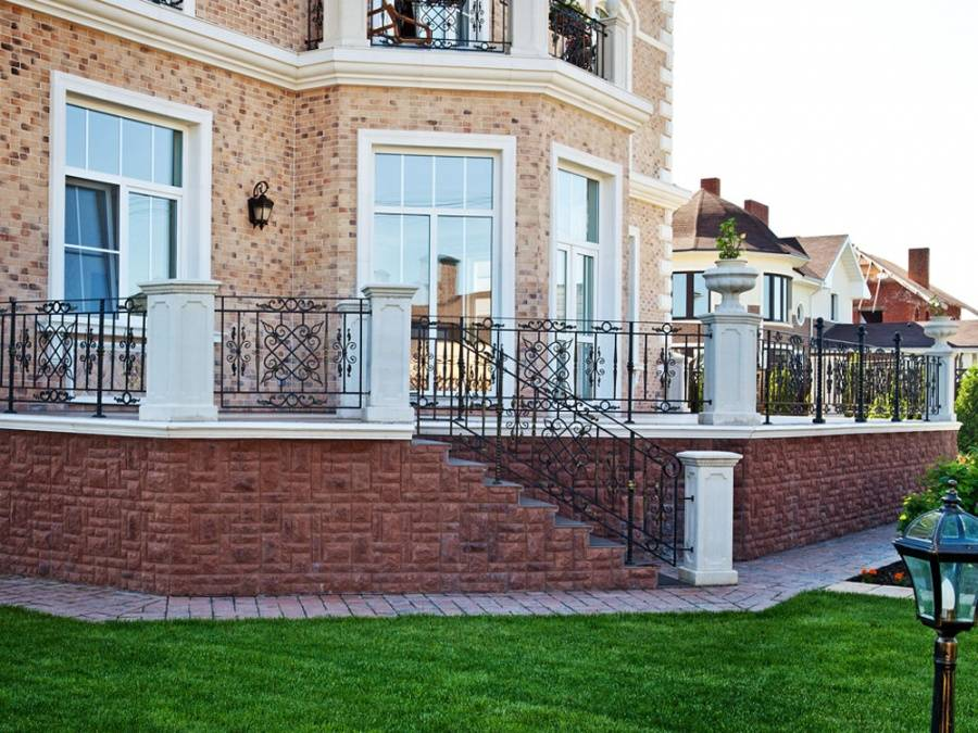 Прикрепив на фасад профнастил, можно превратить старый дом в стильное строение. технологии обшивки профлистом, характеристики материала