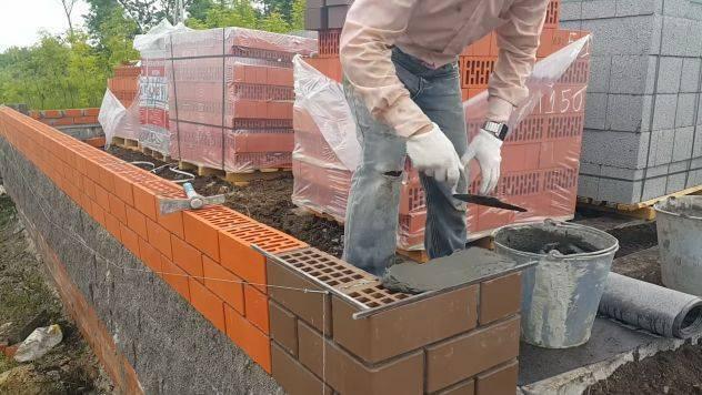 Цена силикатного блока за куб и 1 штуку разных размеров и типов, стоимость работ по кладке стен, сколько стоит стройка перегородок и несущих объектов?