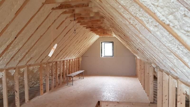 Как утеплить мансардную крышу для зимнего проживания: подбор материалов и способы утепления мансарды