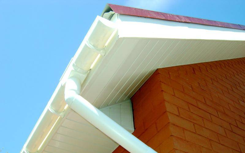 Рассмотрим, как правильно установить пластиковые водостоки для крыши своими руками