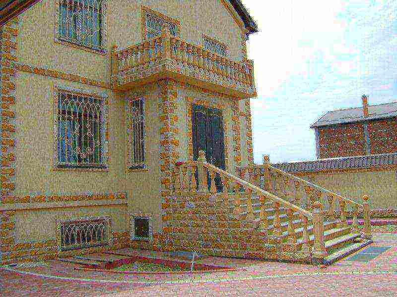 Отделка фасада дома камнем в сочетании с декоративной штукатуркой